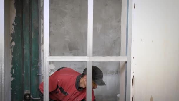 Stavební dělník pracuje s kovové profily