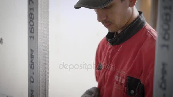 Tvůrce je vrtání otvorů v kovových profilů