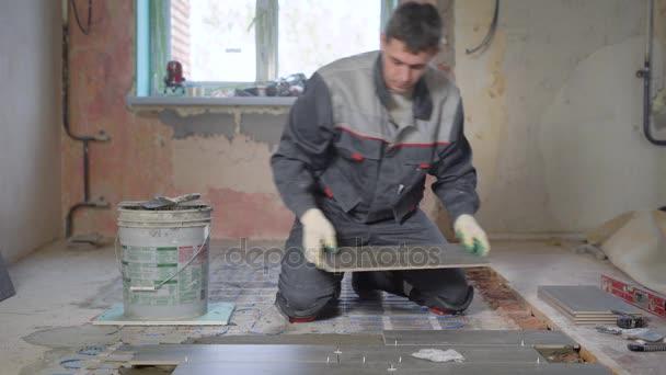 Qualifizierte Bauarbeiter Ist Fliese Auflegen überzogen Mit Einem - Fliesen verputzen video