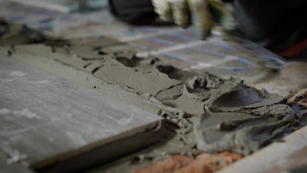 Építő kézzel beton kiegyenlítő simítóval, terjed, önteni