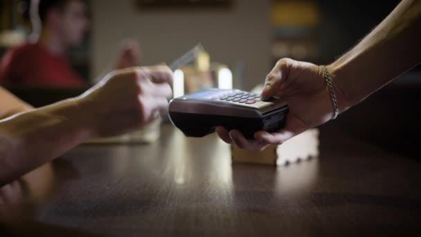 A kávézóban contactless fizetés.