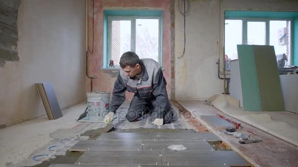 Tvůrce zdobení podlaha prostorné místnosti ve výstavbě uspořádání dlaždic