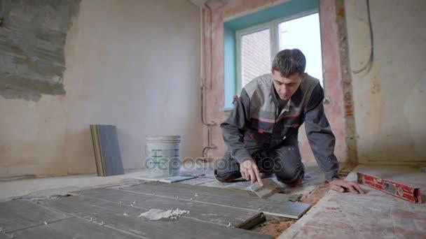 Man Arbeitet Auf Baustelle Und Verlegung Von Fliesen Auf Boden - Fliesen verputzen video