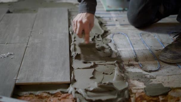 Použití cementu na podlaze při práci na webu anonymní muž