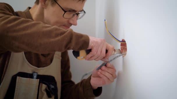 Wireman odizolování vodičů pro instalaci zásuvek, řezání plášť kabelu, použití šablon nůž uvnitř místnosti