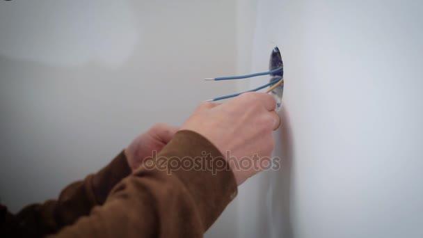 megnyomjuk összekötő vezetékek a mechanizmus a elektromos aljzatba, beltéri, javítás során használ egy fordít-csavar