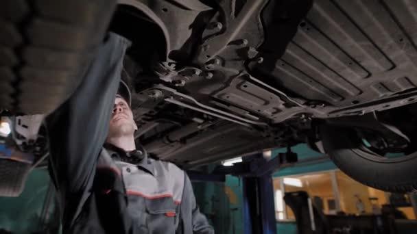 Autó szerelő állt alattKönyv, autó