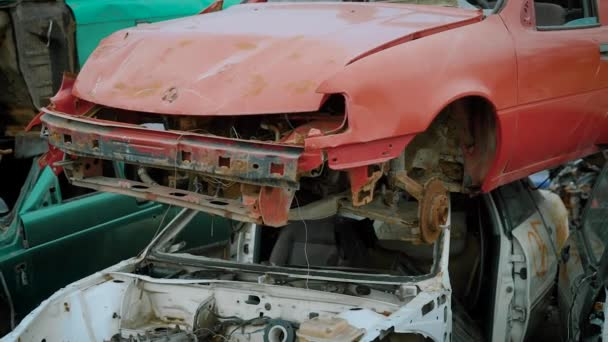 rozbité auta jsou na autě výpis mimo v podzimních dnech, fotoaparát je zobrazeno panorama smetiště, recyklace