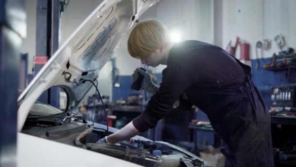 auto mechanik kontroluje vnitřní chyby v důležité auto systémů a odolnost spojů, v automobilových Opravárenský závod