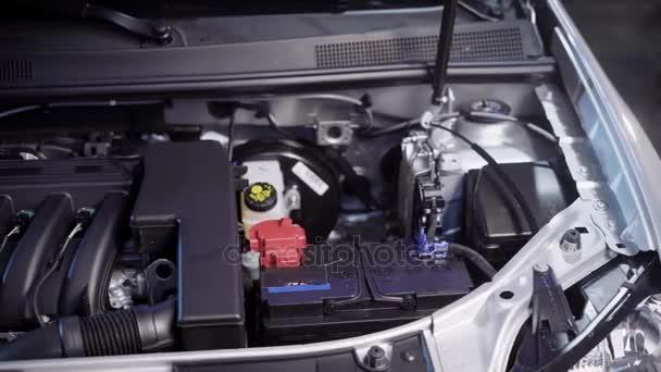 Jasné, motor a otevřené kapotě auta v servisu