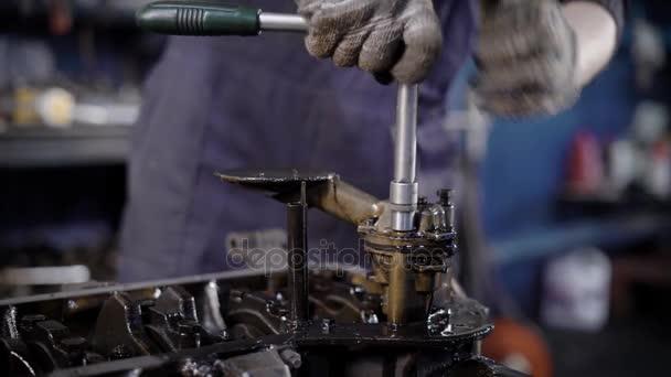 K nepoznání technik pomocí klíče při opravě motoru v dílně