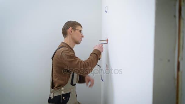 Elektrikář dělá rekonstrukce v domě.