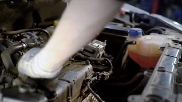kroucení pracovníka autoservis šrouby malých energie sjednotit uvnitř automobilu, pomocí klíče