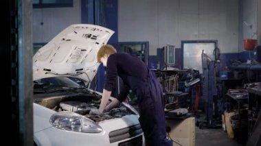 Mechaniker mit Lampe Reparatur Kfz-Motor, Kfz-Reparatur, arbeiten in ...