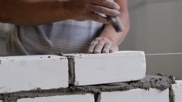 Tvůrce je dělá zdiva, zasažení stěrka pro vyrovnání a sundala přebytečné cementovou maltou převzetí cihla