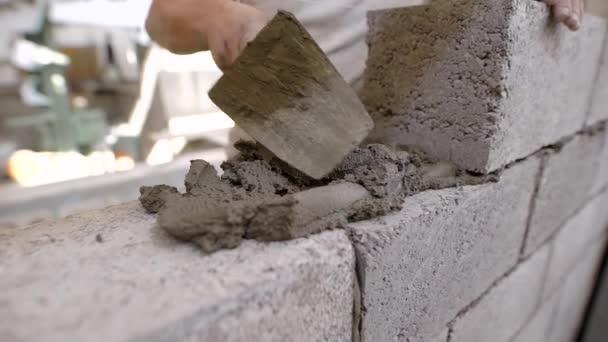 Tvůrce je impozantní budova řešení na zdi z bloků během jednání cihelného zdiva v oblasti stavebnictví