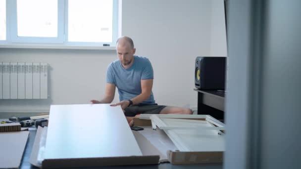 Junger Mann Ist Sortieren Und Teile Des Neuen Objekts Möbel Sitzen