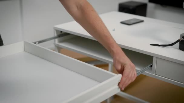 Homme insère un tiroir de bureau blanc dans le ch ssis régler le