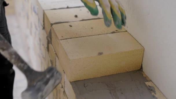 Detailní záběr záběr tvůrce zdění na Maltu vnitřní