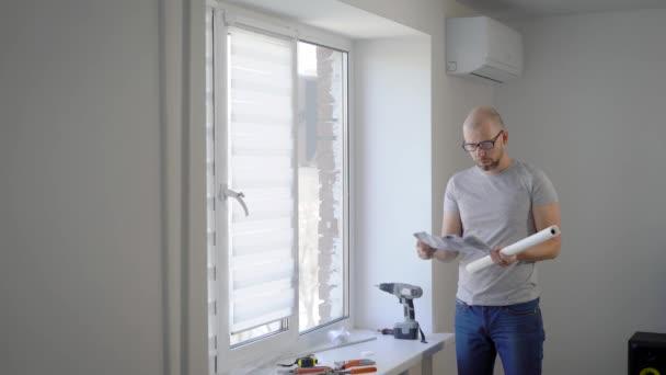 Lieblich Junger Mann Ist Die Details Für Die Installation Von Weißen Schutzvorhänge  Unter Windows In Einem Schlafzimmer