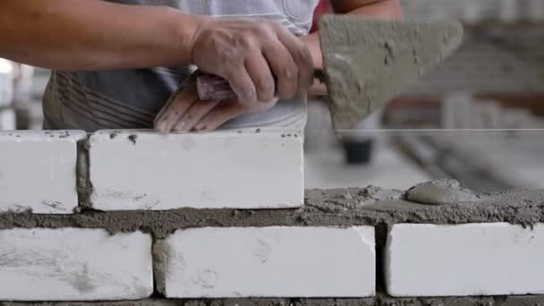 Plodiny k nepoznání pracovník zdění při práci na staveništi