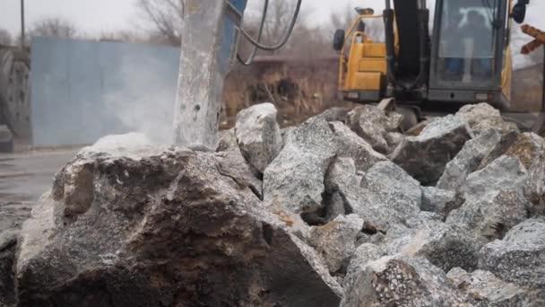 Velké rypadlo, lámání kamenů štěrk při práci na staveništi