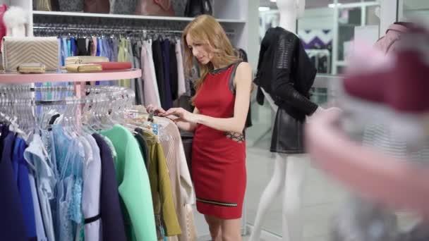 9cbab0cebeab4 Jovem é admirar e inspirado por designers vestido em um showroom em  negociação comercial, tendo