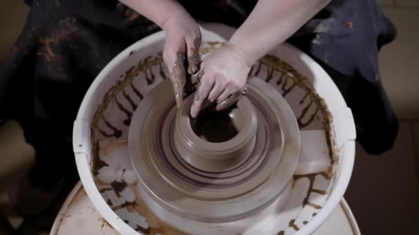 geschickter Handwerker ist Gestaltung und Korrektur von Ton-Cup auf dem Rad-Kopf sitzt in einem Keramik-Kreativ-Werkstatt, Ansicht von oben