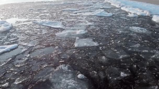 Das Eis liegt in Küstennähe. Eis im kalten Wasser treibt dahin.