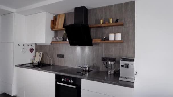 V rámu moderní, pohodlná kuchyň. Inteligentní spotřebiče jsou zabudovány do minimalistického interiéru. Přírodní materiály v designu.