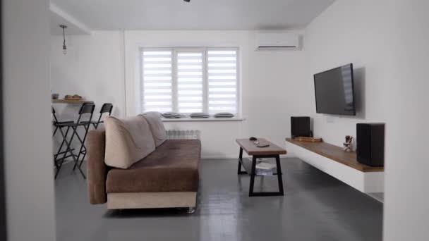 Stylový moderní obývací pokoj. Byty k pronájmu. TV a pohovka s konferenčním stolkem.