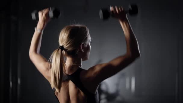 Krásná mladá blondýna se věnuje fitness. Žena provádí cvičení, aby udržela postavu. Štíhlejší tělo mladé dívky. Zdravý