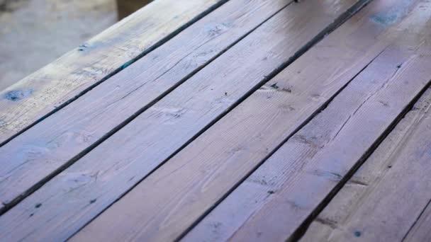 Helyreállítási munka egy öreg fával. Barna impregnálással festi a deszkákat.