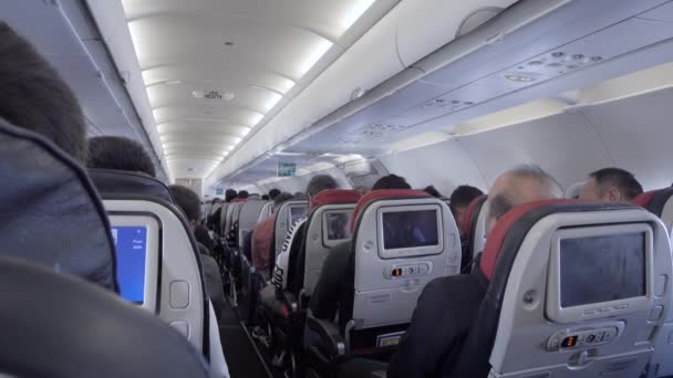 Kabina moderního letadla s mnoha cestujícími