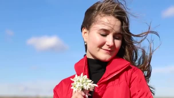 Gyönyörű mosolygós barna lány gazdaság csokor hóvirág első tavaszi virágok.