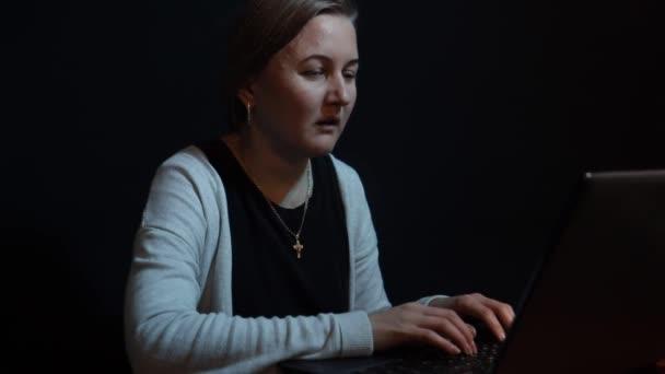 Depressziós nő dolgozik a számítógép éjjel, fáradt lány akar aludni