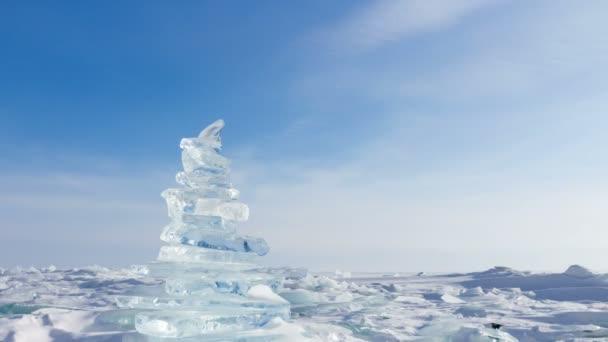 Winterlandschaft. Kristallklare Eisbrocken. Pyramide von klares Eis des Baikalsees