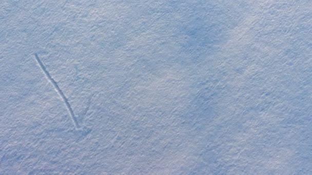 das Wort Winter erscheint auf dem Schnee