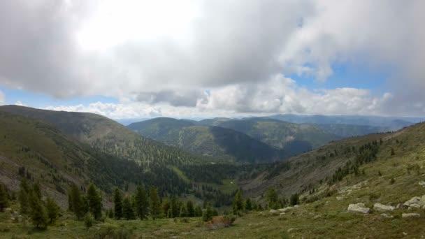 Letecký pohled na horskou krajinu. Zpomalený pohyb