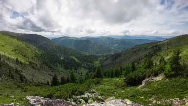 Scénický pohled na hory za slunečného dne