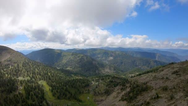 Krásný letecký výhled do údolí obklopeného horami
