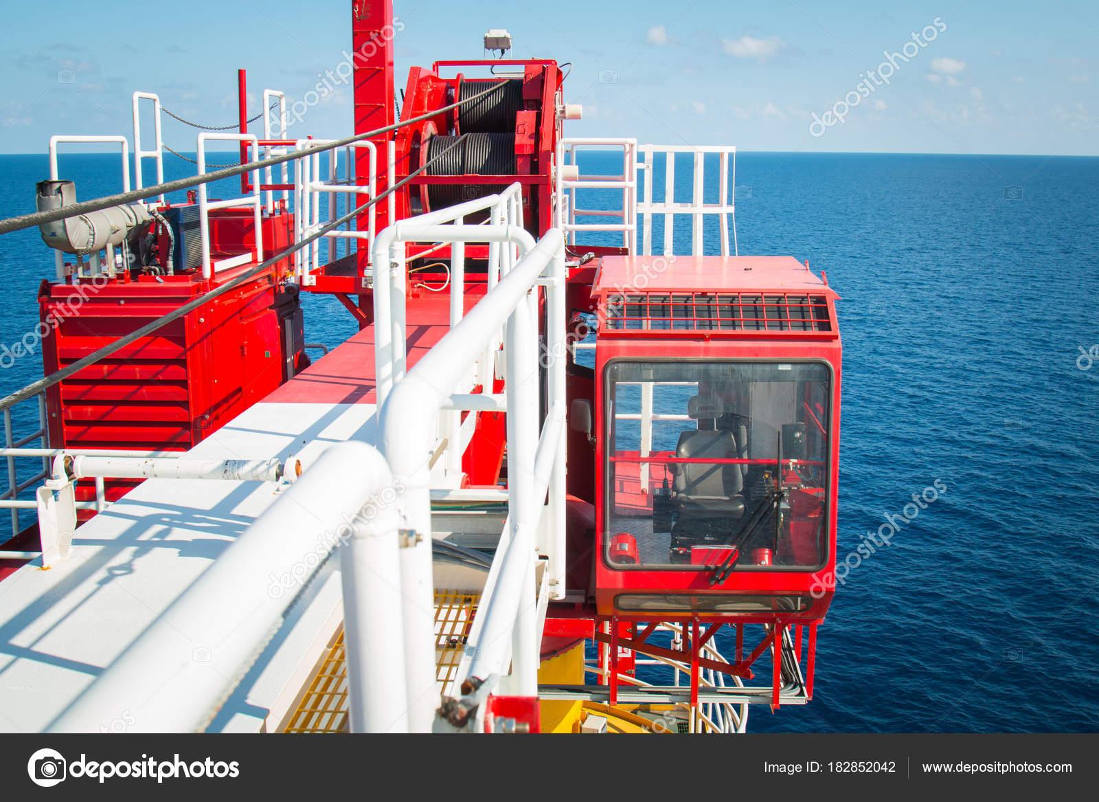 Crane control cabin, Pedestal crane winch, Steel wire rope on pr ...