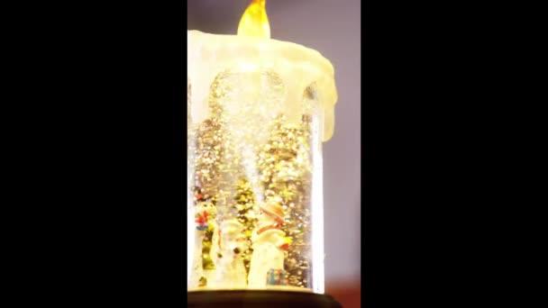 Krystal válec hračka plná sněhuláků a umělého sněhu. Vánoční a zimní koncept.