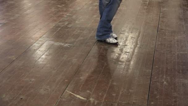 Člověk naučit line dance na country festivalu s kovbojské boty