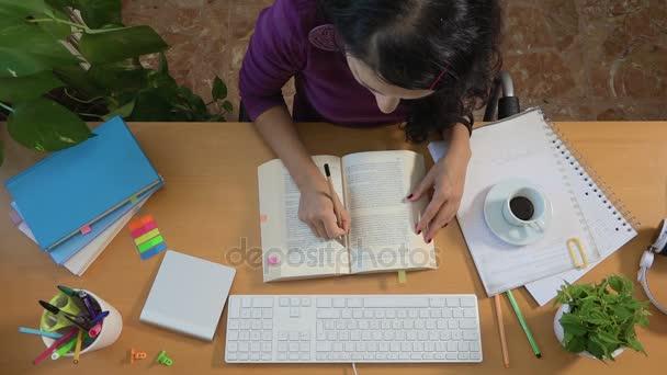 Dívka studovat a pití kávy, školní vzdělávání univerzitu