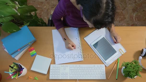 Studentka studuje tabletu psaní, vzdělávání univerzitu