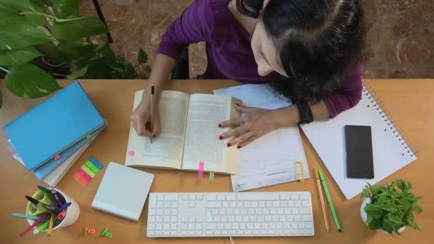 Női hallgató olvasó könyv oldal marker, főiskolai-egyetemi oktatás