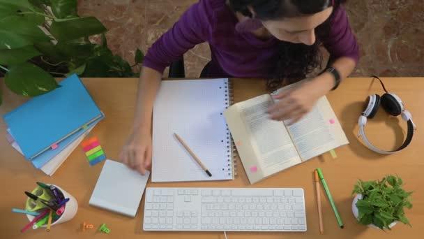 Studentka poslouchá lekci sluchátka, vzdělávání univerzitu
