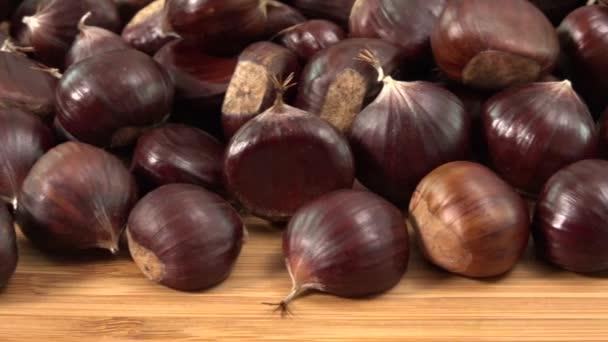 Sladké kaštany na dřevěný stůl, Castanea sativa pád potraviny, bio občerstvení