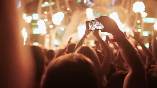 Festival hudby. Světla na scéně, Lumiere. Siluety tančících lidí.